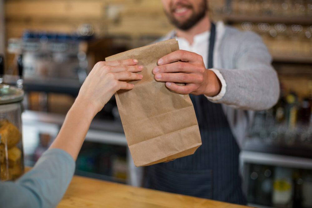 飲食店でテイクアウトを始めるには許可が必要か?